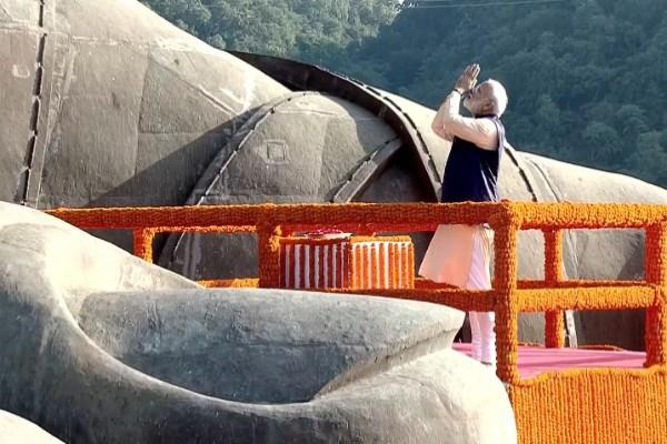 pm modi pays tribute to sarda patel at statue of unity in kevadia gujarat