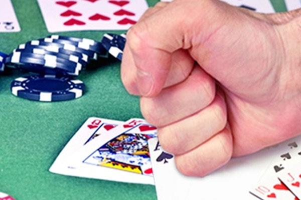 the miscreants looted the gambling base in sarafa bazar