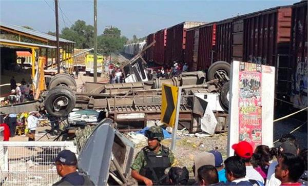 9 dead after train hit passenger bus in central mexico