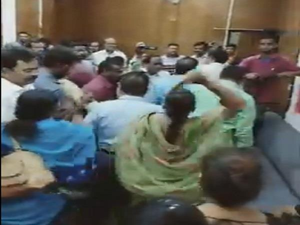 congress leader beaten with slippers