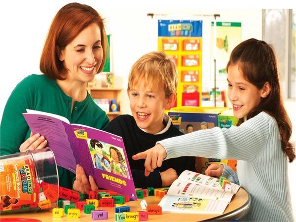 बच्चों में English के डर को दूर करने लिए गिफ्ट करें टॉकिंग व स्टोरी बुक्स