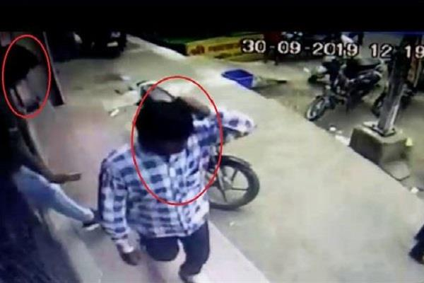 17 thousand rupees looted from youth by showing pistol