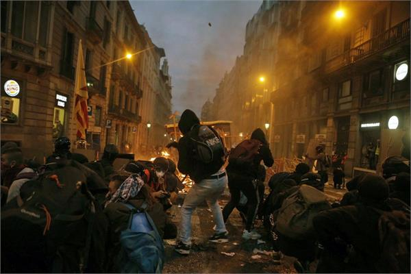 violent protests continue in barcelona after catalan leaders