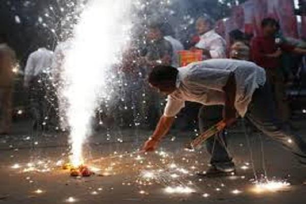 fight between two communities over firecrackers burning in lucknow