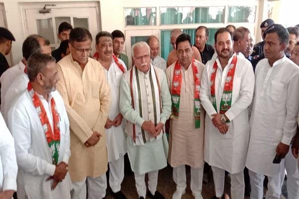 cm khattar hit big hands four former mlas joined bjp