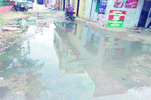 water spread on road due to sewerage stop people upset