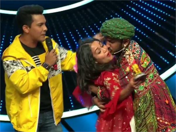 Indian Idol: कंटेस्टेंट ने जबरदस्ती किया नेहा को 'किस' तो चुप्पी साधे बैठे रहे विशाल-अनु मलिक