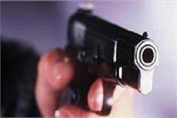 thousand rupees force of a gun from a young man deposit money in the bank