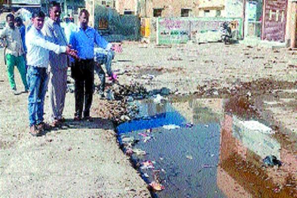 people upset due to the dirty water spread on the road in the grain market