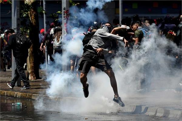 police fired tear gas shells at protesters in chile