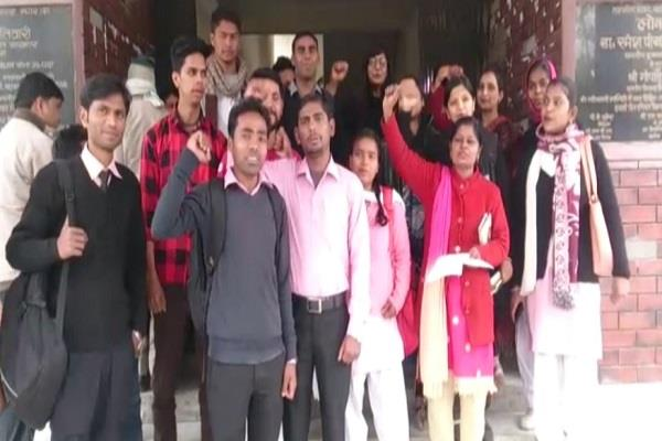 students have been performing for 3 years demanding the release of scholarship