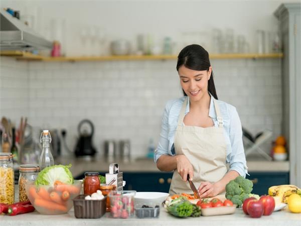 खाने की तैयारी करते वक्त ध्यान में रखें ये 8 टिप्स