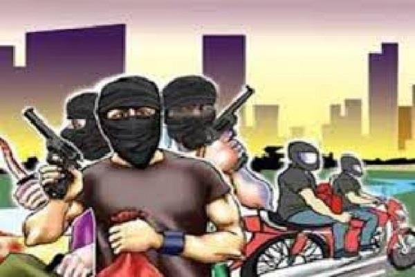2 young men riding a scooty attacked the road operator and looted