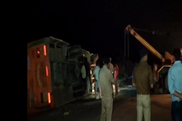 chitrakoot a bus filled with devotees going to donate overturns 1