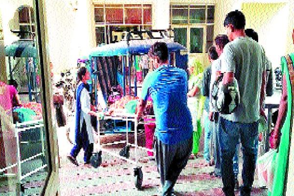woman gives birth to a child outside the civil hospital