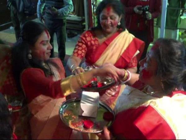 bengali women celebrated holi on dussehra in shimla