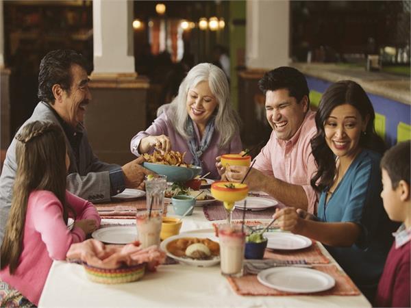 फैमिली डिनर करने पर खुशी के साथ सेहत को होते हैं ये फायदे