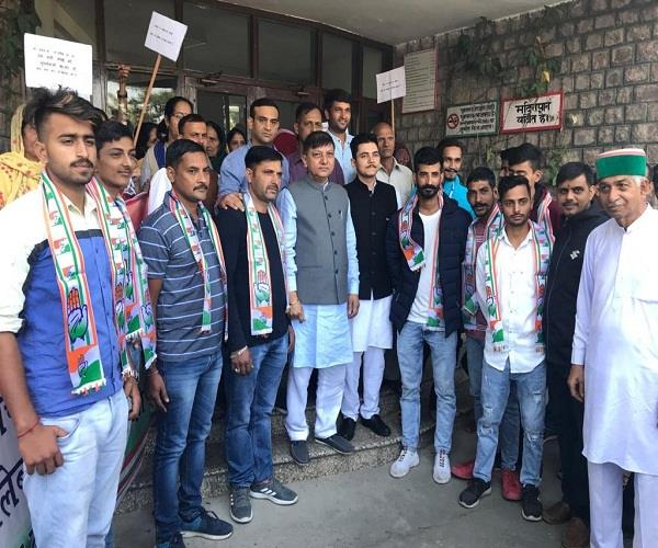 congress came out on the roads in sujanpur