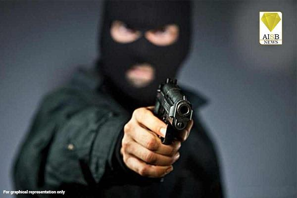 robbers robbed at gunpoint from employee at petrol pump