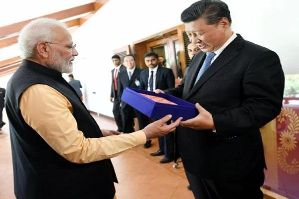 pm modi gave a memorable gift to jinping