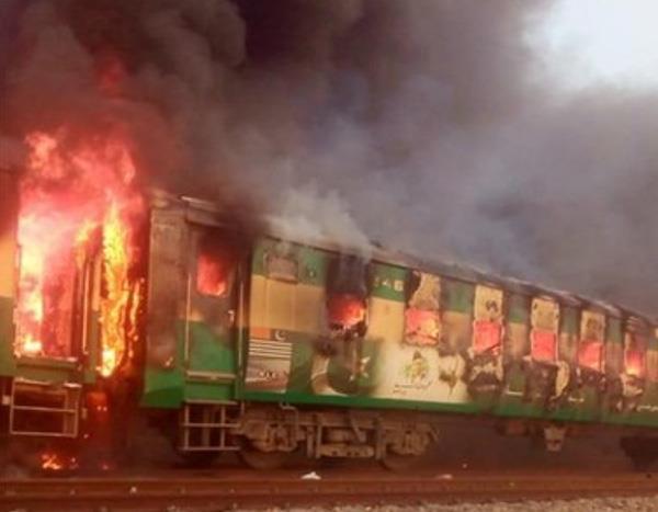 fire in karachi rawalpindi tezgam express train many 73 peoples dies