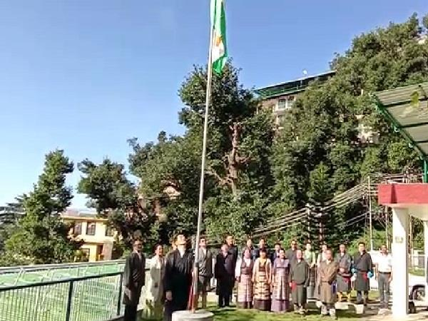 president of tibet government in exile waved tricolor on gandhi jayanti