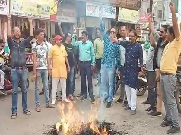 the effigy of muslim lawyer rajiv dhawan was burnt