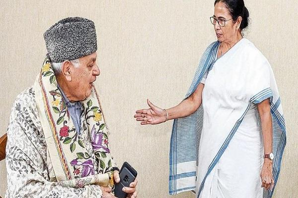mamta gives farooq abdullah confidence to stand together in difficult times