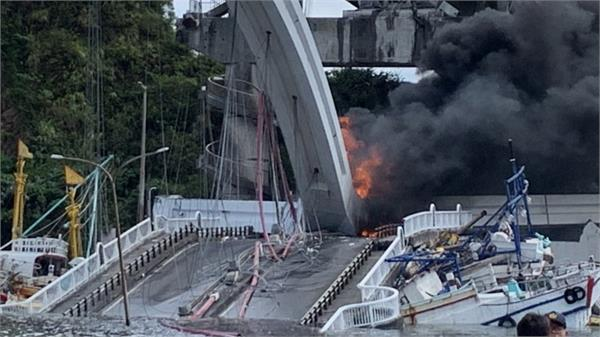 10 injured 6 trapped after bridge collapses in taiwan