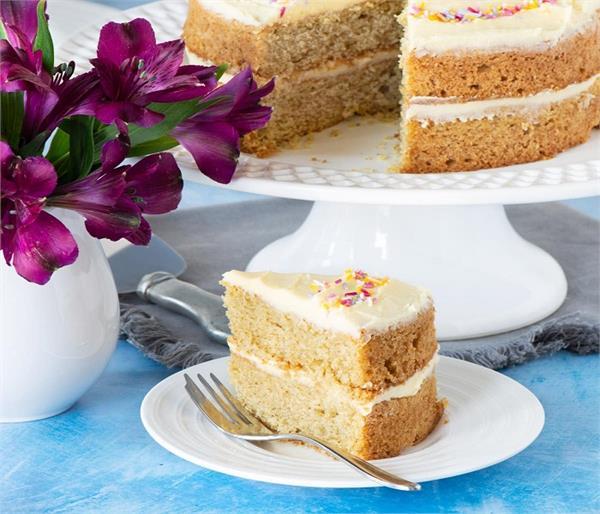 Festive Season: मेहमानों के लिए घर पर बनाएं वनीला स्पंज केक
