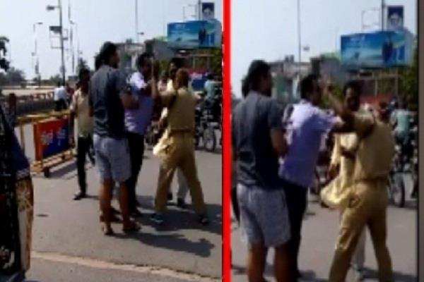 youth in car beat up traffic police