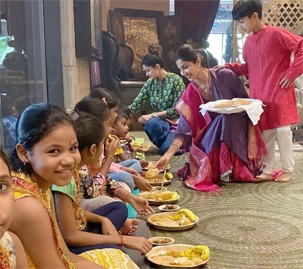 शिल्पा-शमिता ने पूजन में कन्याओं को अपने हाथों से खिलाया खाना(See Pics)