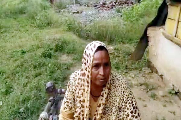 poor woman live in slum