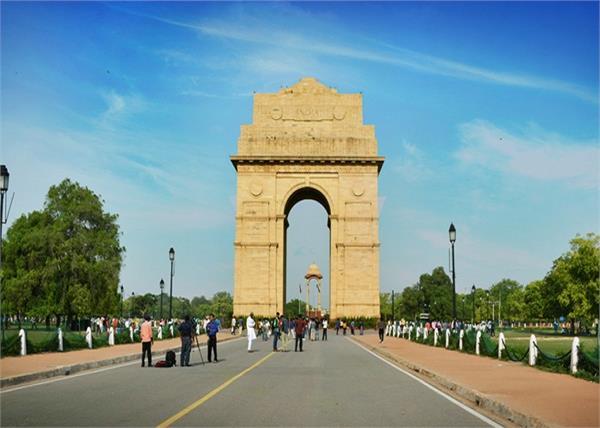 सुंदर और घने पेड़ों से सजी है दिल्ली की ये सड़कें, बदलते मौसम में करें यहां की सैर
