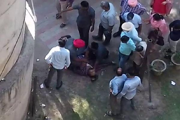staff jumped from the building of punjab secretariat