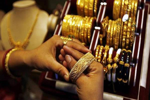 gold gained 400 rupees