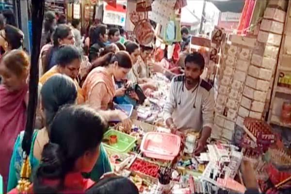 women shopping on karwachauth