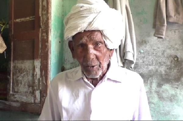 112 year old man motivating to youth for vote
