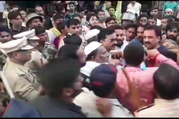 maharashtra assembly elections ncp and aimim workers clash after voting