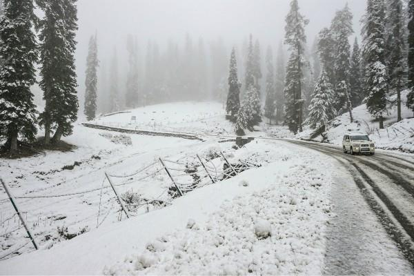 highway closed due to heavy snowfall in srinagar