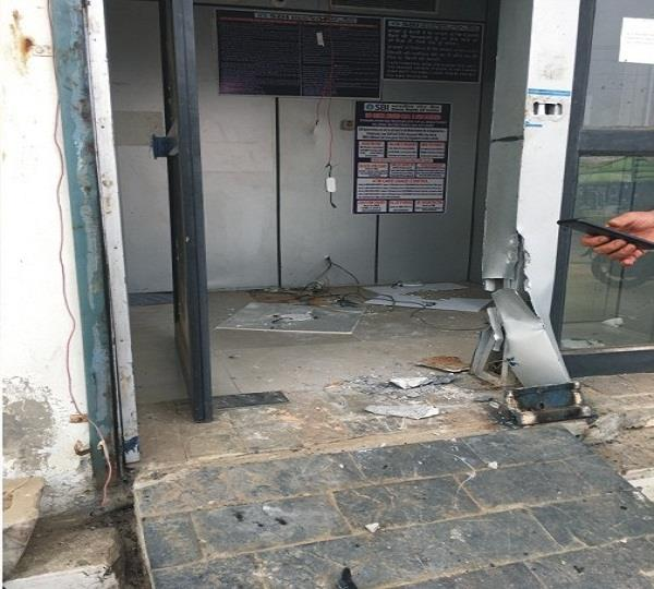 atm in 13 minutes uprooted 23 59 lakhs stolen