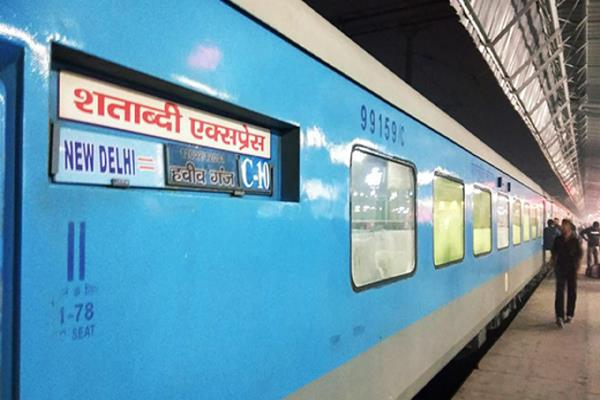 in addition to double blow tea and food to railway passengers