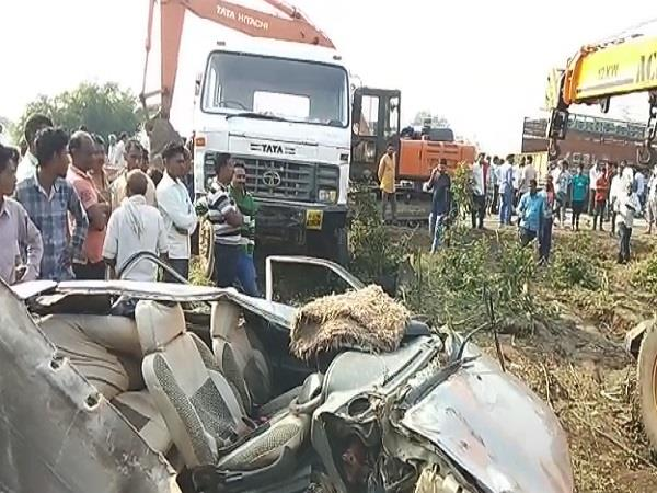 5 collapsed in car and trolley in mp s barwani 5 died on the spot