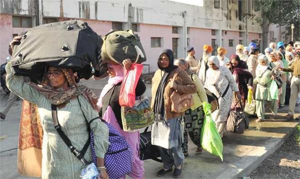 1 100 indian sikhs reach gurdwara punja sahib in pak