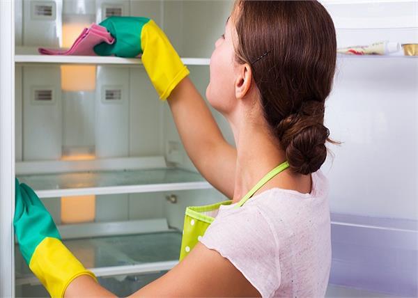 फ्रिज की गंदी बदबू को मिनटों में दूर करेंगे ये आसान टिप्स