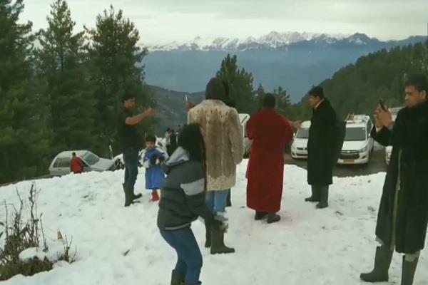 tourists reach nathtop to see the snowfall the beauty of businessmen returned
