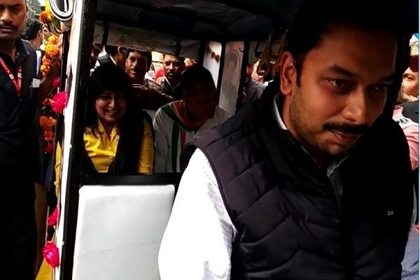 mla praveen pathak gave 5 e rickshaws to mla from mla fund