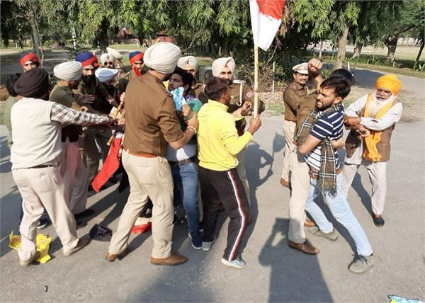 protesters protesting sri sri ravi shankar in police custody