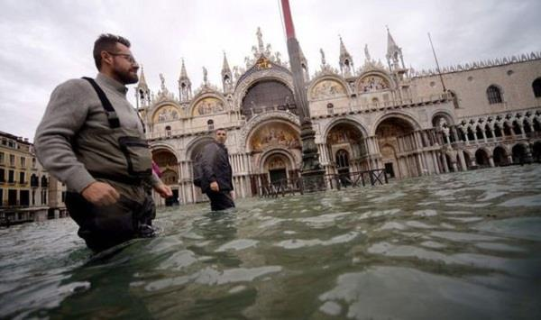 venice closes st mark s square due to fresh flooding