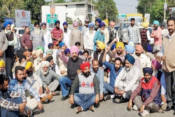 farmers protest due to non payment from cooperative bank